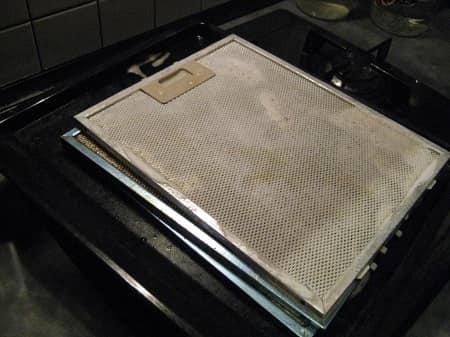 نقوم بتنظيف شفاطات المطبخ بشكل صحيح