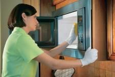 odstráňte mastnotu z mikrovlnnej rúry