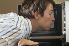 odstráňte zápach z mikrovlnnej rúry