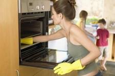 rengör ugnen från fett och kolavlagringar